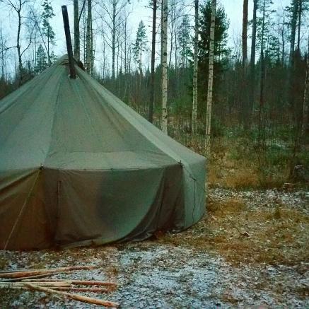 Puolijoukkueteltta niskasaaressa / Joakim Kärkäs